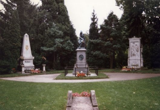 1280px-Beethoven_and_Schubert_graves_-_Zentralfriedhof_Vienna